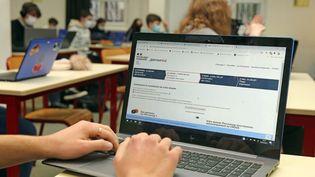 Un élève d'une classe de Terminale s'inscrit sur la plateforme Parcoursup. Photo d'illustration. (VANESSA MEYER / MAXPPP)