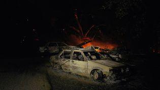 Des voitures détruites par le Zogg Fire à Igo, en Californie (Etats-Unis), le 27 septembre 2020. (ALLISON DINNER / AFP)