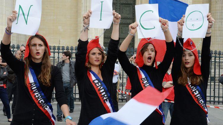 De jeunes opposantes au mariage homosexuel dénoncent l'incarcération de l'un d'entre eux, Nicolas Buss, le 21 juin 2013 à Paris. (PIERRE ANDRIEU / AFP)