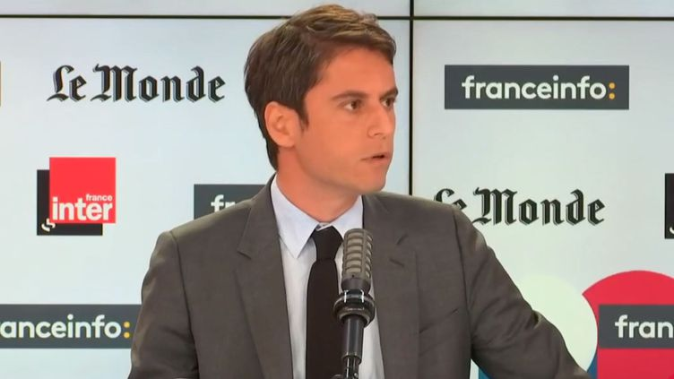 """Gabriel Attal, le porte-parole du gouvernement, était l'invité de """"Questions politiques"""", dimanche 25 avril. (FRANCEINFO / RADIO FRANCE)"""