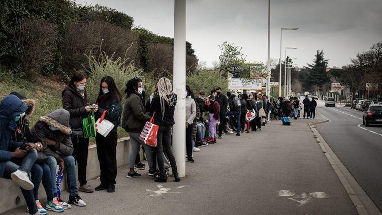 File d'attente d'étudiants lors d'une distribution alimentaire à l'université de Perpignan, le 3 mars 2021. (NICOLAS PARENT / MAXPPP)