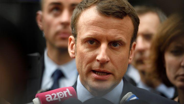 Le candidat à la présidentielle, Emmanuel Macron, lors d'une visite au commissariat du 20e arrondissement de Paris, le 13 mars 2017. (ERIC FEFERBERG / AFP)