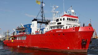 """Le bateau """"Sea Eye 4"""", de l'ONG allemande Sea Eye,quitte le port de pêche de Rostock, en Allemagne,pour se diriger vers la Méditerranée, le 17 avril 2021. (BERND WUSTNECK / DPA-ZENTRALBILD)"""