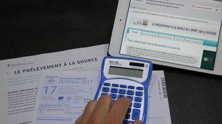 Une déclaration d'impôts sur les revenus 2017 et une notice explicative sur le prélèvement à la source. (JEAN-FRANÇOIS FREY / MAXPPP)