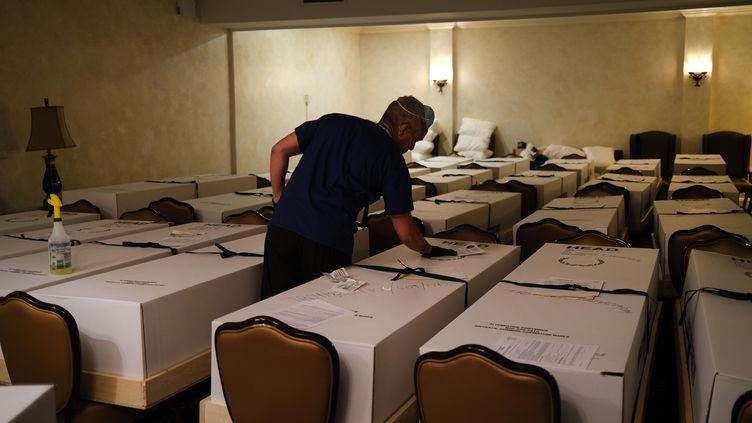 Des corps dans des boîtes en carton sont disposés dans un salon funéaire du Queens, à New York, le 22 avril 2020. (SPENCER PLATT / GETTY IMAGES NORTH AMERICA / AFP)