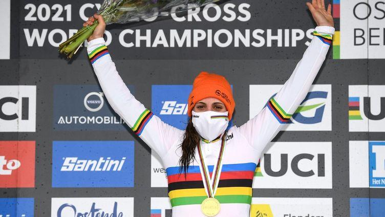 Lucinda Brand revêt le maillot arc-en-ciel pour la première fois après sa victoire samedi 30 janvier, à Ostende. (DAVID STOCKMAN / BELGA MAG)
