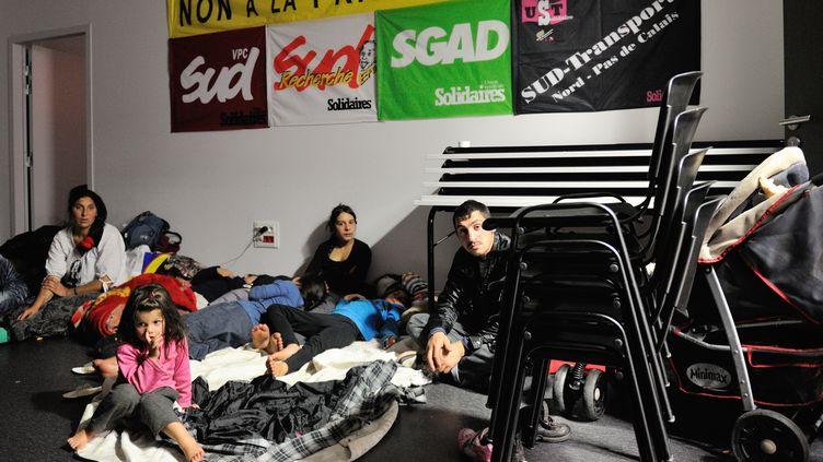 Des familles roms réfugiées à la Bourse du travail de Lille (Nord), le 28 octobre 2013. (PHILIPPE HUGUEN / AFP)