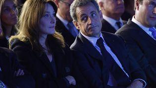 Carla Bruni et Nicolas Sarkozy assistent à un meeting àSaint-Maur-des-Fossés (Val-de-Marne), le 14 novembre 2016. (CHRISTOPHE ARCHAMBAULT / AFP)