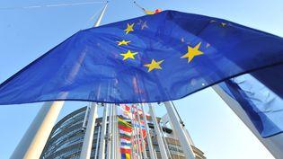 Le drapeau de l'Union européenne devant le Parlement européen, à Strasbourg. (GEORGES GOBET / AFP)