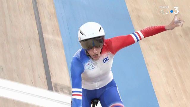 Marie Patouillet en bronze !   Elle domine Nicole Murray lors de la petite finale de la poursuite C5 et apporte la première médaille à la délégation française #Paralympics   Suivez les épreuves de para cyclisme en direct ▶ https://bit.ly/Paralympiques-CyclismeSurPiste-2508