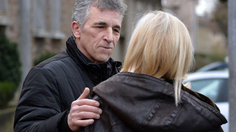 Philippe El Shennawy, l'un des plus anciens détenus de France, avec sa femme Martine après sa libération de la prison de Fresnes (Val-de-Marne), le 24 janvier 2014. (MIGUEL MEDINA / AFP)