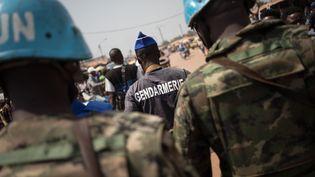La gendarmerie patrouille avec les forces de la mission des Nations unies en Centrafrique (Minusca) au PK5, le quartier commerçant à prédominance musulmane de Bangui, le 7 janvier 2020. (FLORENT VERGNES / AFP)