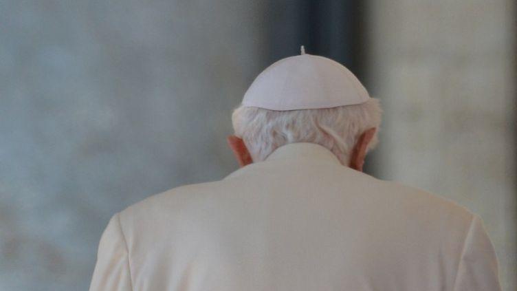 Le Pape Benît XVI quitte la place Saint Pierre après sa dernière audience, mercredi 27 février 2013 (GABRIEL BOUYS / AFP)
