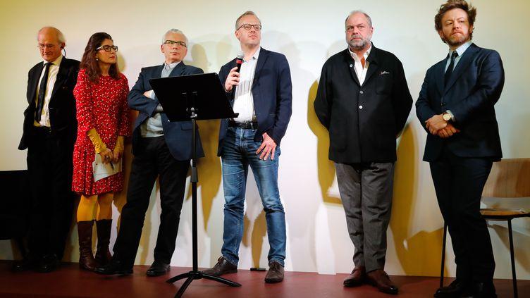 Le père de Julian Assange (à gauche), une traductrice et les avocats de Julian Assange, à Paris, le 20 février 2020. (FRANCOIS GUILLOT / AFP)