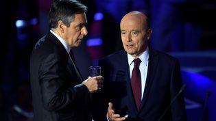 François Fillon et Alain Juppé, lors du second débat télévisé des candidats de la primaire à droite, le 3 novembre 2016. (ERIC FEFERBERG / POOL)
