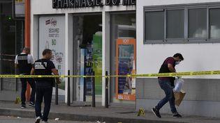 Des enquêteurs passent au peigne fin les lieux de l'attaque, le 31 août 2019 à Villeurbanne (Rhône). (PHILIPPE DESMAZES / AFP)