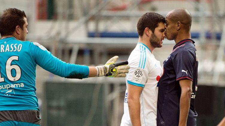 Gignac (Marseille) et Henrique (Bordeaux) se prennent la tête... (BERTRAND LANGLOIS / AFP)