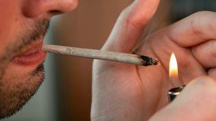 Un consommateur de cannabis à Paris, le 26 septembre 2019. (PIERRE GAUTHERON / HANS LUCAS / AFP)