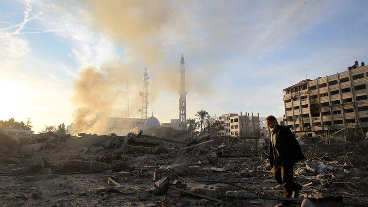 Un Palestinien marche dans les ruines d'un bâtiment détruit par une frappe israélienne dans la nuit du 20 au 21 novembre 2012 à Gaza. (MAHMUD HAMS / AFP)