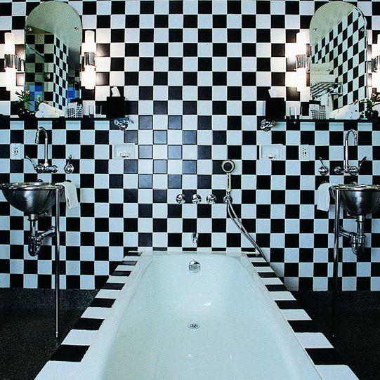 Salle de bains de l'hôtel Morgans dessinée par Andrée Putman en 1984.  (Deidi Von Schaewen)