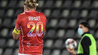 Nîmes et Renaud Ripart sont officiellement en Ligue 2 après sa défaite face à Lyon. (NICOLAS TUCAT / AFP)