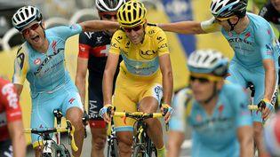 L'Italien Vincenzo Nibali (centre) félicité par ses coéquipiers de l'équipe Astana, à Paris, le 27 juillet 2014. (LIONEL BONAVENTURE / AFP)