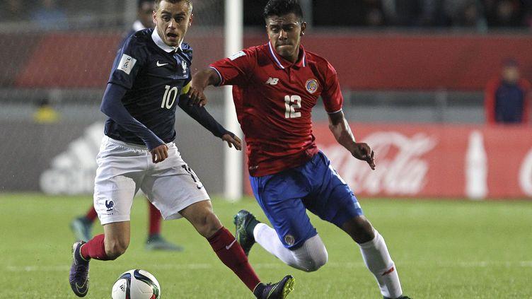Timothe Cognat, capitaine de l'équipe de France U17, face à Sergio Ramirez lors de la défaite des Bleuets face au Costa Rica. (SERGIO PINA / PHOTOSPORT)