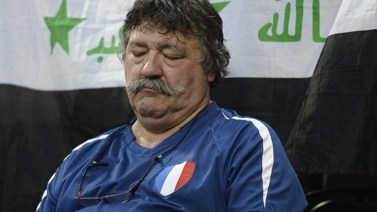 L'image forte du premier match des Bleus : ce supporter endormi pendant France-Angleterre, le 11 juin 2012, devenu depuis une star du web. (FILIPPO MONTEFORTE / AFP)