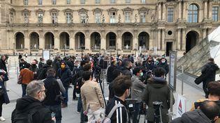 File d'attente devant le Louvre qui rouvre le 19 mai 2021 (Eric Cornet/franceinfo)