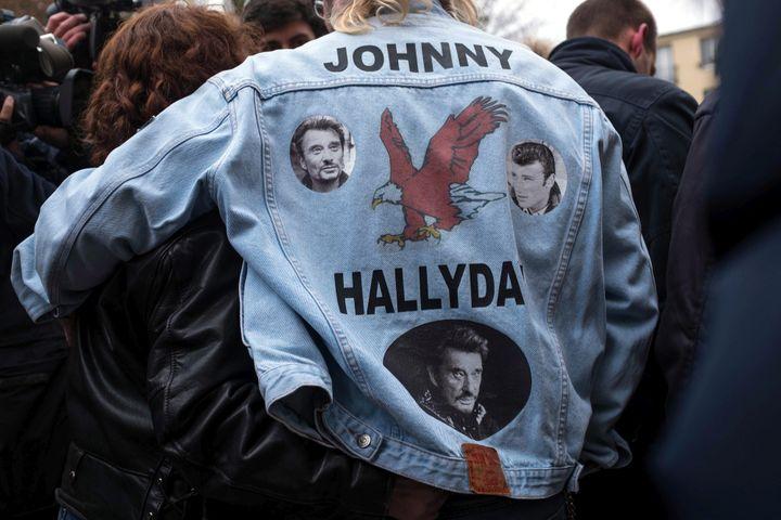 Dans la foule des fans venus rendre hommage à Johnny Hallyday le 6 decembre devant son domicile de Marne la Coquette.  (Bruno Levesque /MaxPPP)