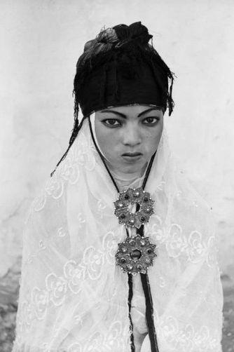 Femme Algérienne 1960,photo d'identité, commandée par l'armée francaise a la fin de la guerre d'Algérie  (Marc Garanger )