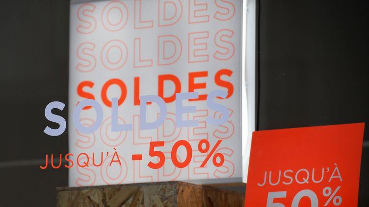 La vitrine d'une boutique à Brest (Finistère) pendant les soldes, le 10 janvier 2020. (FRED TANNEAU / AFP)