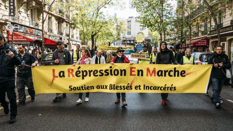 """Des manifestants expriment leur soutien envers les """"gilets jaunes"""" blessés, lors du 24e samedi de mobilisation des """"gilets jaunes"""", le 27 avril 2019 à Paris. (JONATHAN PHILIPPE LEVY / HANS LUCAS / AFP)"""