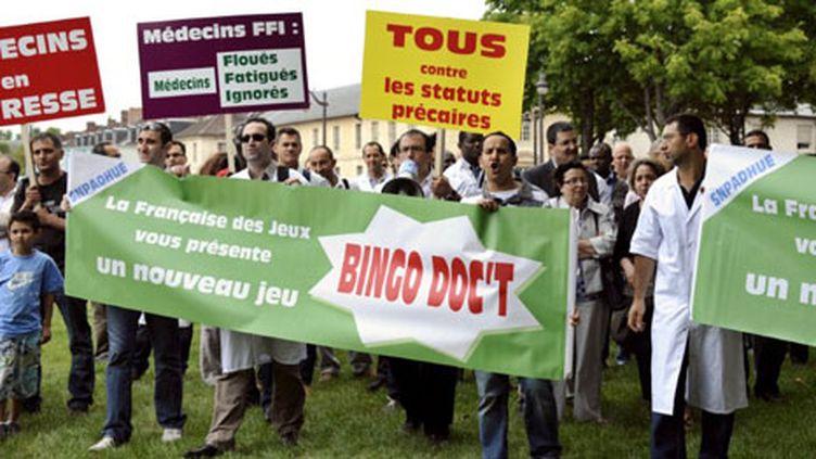 Manifestation devant le ministère de la Santé, de médecins diplômés hors de l'UE mais exerçant en France (15/06/11). (AFP/Miguel Medina)