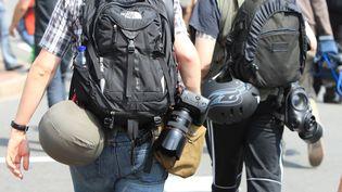 Un photographe reporter de guerre (à gauche). (PHILIPPE TURPIN / MAXPPP)