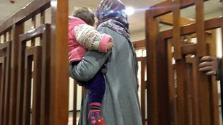 La jihadiste française Melina Boughedir, 27 ans, arrive le 19 février 2018 avec son fils au tribunal de Bagdad, en Irak, pour y être jugée, après avoir été arrêtée à Mossoul, en Irak. (STRINGER / AFP)