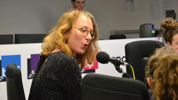 Au micro de franceinfo junior, Delphine Gotchaux, journaliste spécialiste des questions de justice, a raconté son métier à des collégiens (une émission en partenariat avec le magazine et site 1jour1actu). (Estelle Faure / FRANCEINFO)