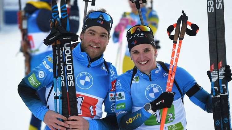 Julia Simon et Antonin Guigonnat, champions du monde de relais simple mixte le 18 février 2021 (JOE KLAMAR / AFP)