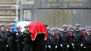 Des policiers portent le cercueil d'une des victimes de l'attaque à la préfecture de Paris, le 8 octobre 2019. (LUDOVIC MARIN / AFP)