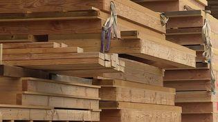 Le bois se fait très rare en France. Par conséquent, les délais de livraisons s'allongent et les tarifs flambent.  (CAPTURE ECRAN FRANCE 2)