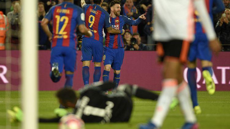 La joie des Barcelonais qui peuvent encore remercier Lionel Messi. (LLUIS GENE / AFP)