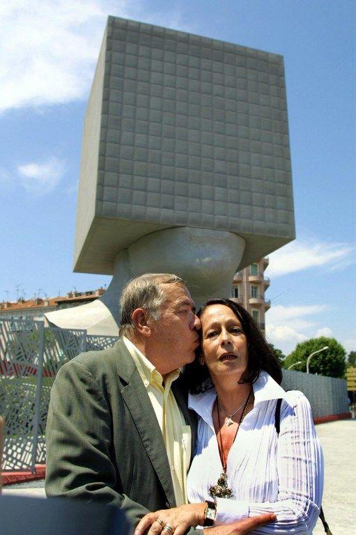 L'architecte Sacha Sosno embrasse Suzanne Nucéra, le 29 juin 2002 à Nice, lors de l'inauguration de la nouvelle bibliothèque municipale de la ville qui porte le nom de l'écrivain niçois Louis Nucéra, décédé en août 2000  (AFP VANINA LUCCHESI)