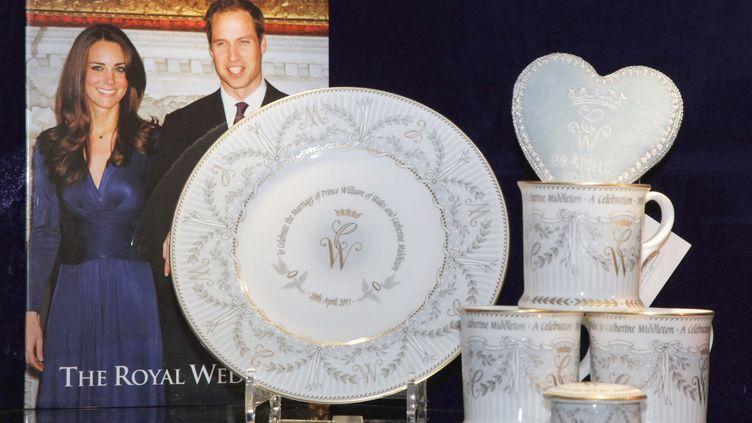 De la vaisselle commémorative officielle du mariage entre le prince William et Kate Middleton vendue dans la boutique de la galerie de la reine, à Londres, le 22 mars 2011. (POOL NEW / REUTERS)