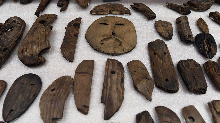 Ces objets ayant apartenu à un ancien peuple d'Esquimaux ont été découverts par l'équipe de l'archéologue Rick Knecht. Photo prise le 12 avril 2019 à Quinhagak, en Alaska, aux États-Unis (MARK RALSTON / AFP)