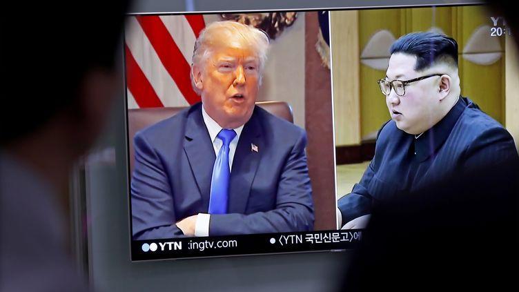 Donald Trump et Kim Jong-un sur un écran de télévision en Corée du Sud le 24 mai 2018. (MAXPPP)