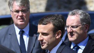 Emmanuel Macron, entouré de Jean-Paul Delevoye (à droite), président de la commission d'investiture, et Richard Ferrand, secrétaire général du mouvement (à gauche). (DAMIEN MEYER / AFP)