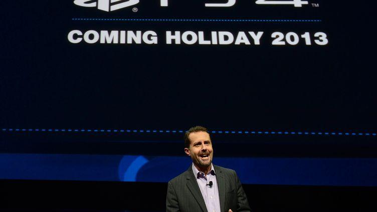 Andrew House, le directeur général de Sony Computer Entertainment, présente laPlayStation 4 lors d'une conférence à New York (Etats-Unis) le 20 février 2013. (EMMANUEL DUNAND / AFP)