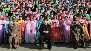 Le leader nord-coréen Kim Jong-un pose devant une tribune de femmes visiblement très émues, comme le raconte le Huffington Post. (KCNA / AFP)