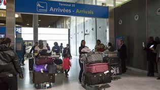 Des passagers arrivent à l'aéroportde RoissyCharles-de-Gaulle le 10 octobre 2014 en provenance de pays où sévit l'épidémie d'Ebola. (  MAXPPP)