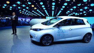 Le PDG de Renault, Carlos Ghosn, s'exprime devant un véhicule électrique Zoé, lors du salon de l'automobile à Paris, le 29 septembre 2016. (ERIC PIERMONT / AFP)